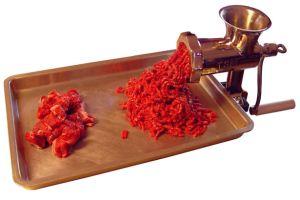 Valokuvassa lihamylly ja jauhelihaa.