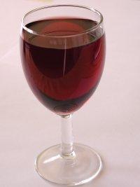 Valokuvassa lasi punaviiniä.