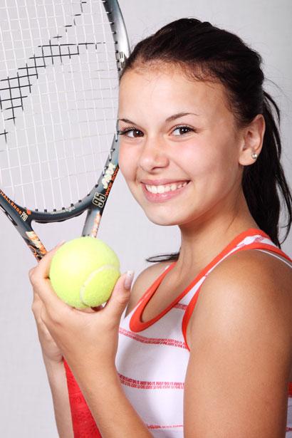 Valokuva: nuori nainen, joka pelaa tennistä.