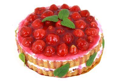 Valokuvassa mansikkakakku.