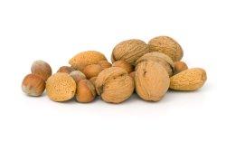 Valokuvassa hassel- ja saksanpähkinöitä.