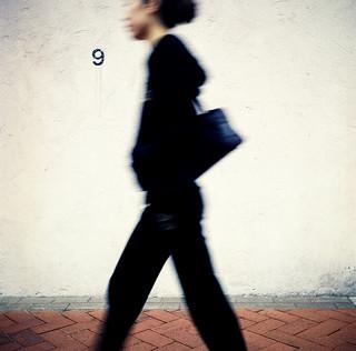 Valokuvassa kävelevä nainen.