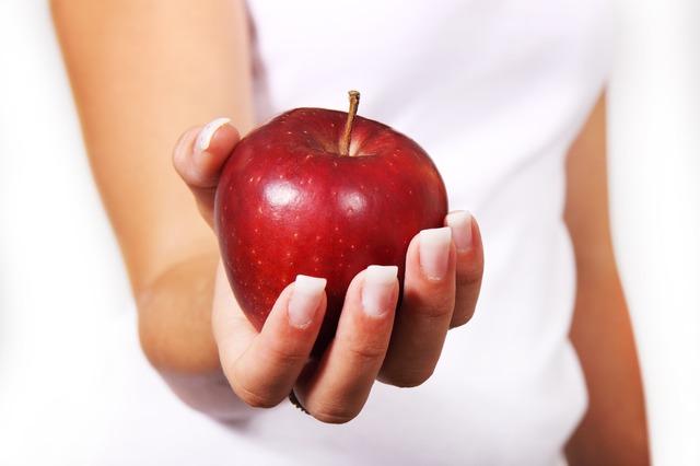 Nainen omena kädessä.